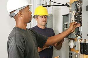 électricien qui rénove un compteur électrique