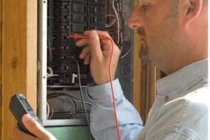 électricien qui test la tension